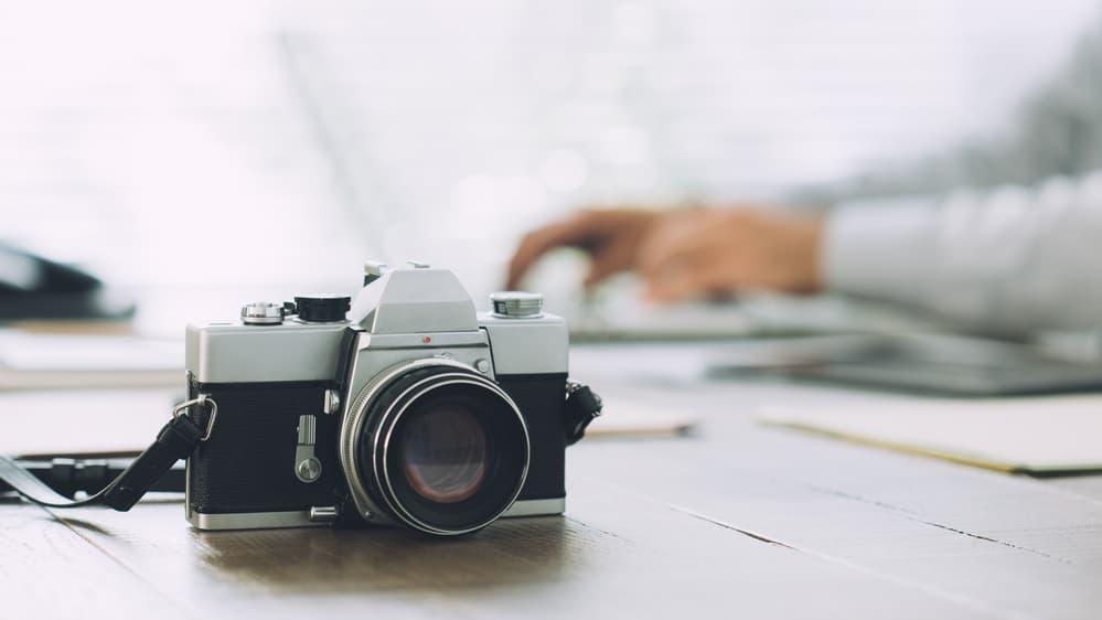 Professionele camera die op tafel ligt
