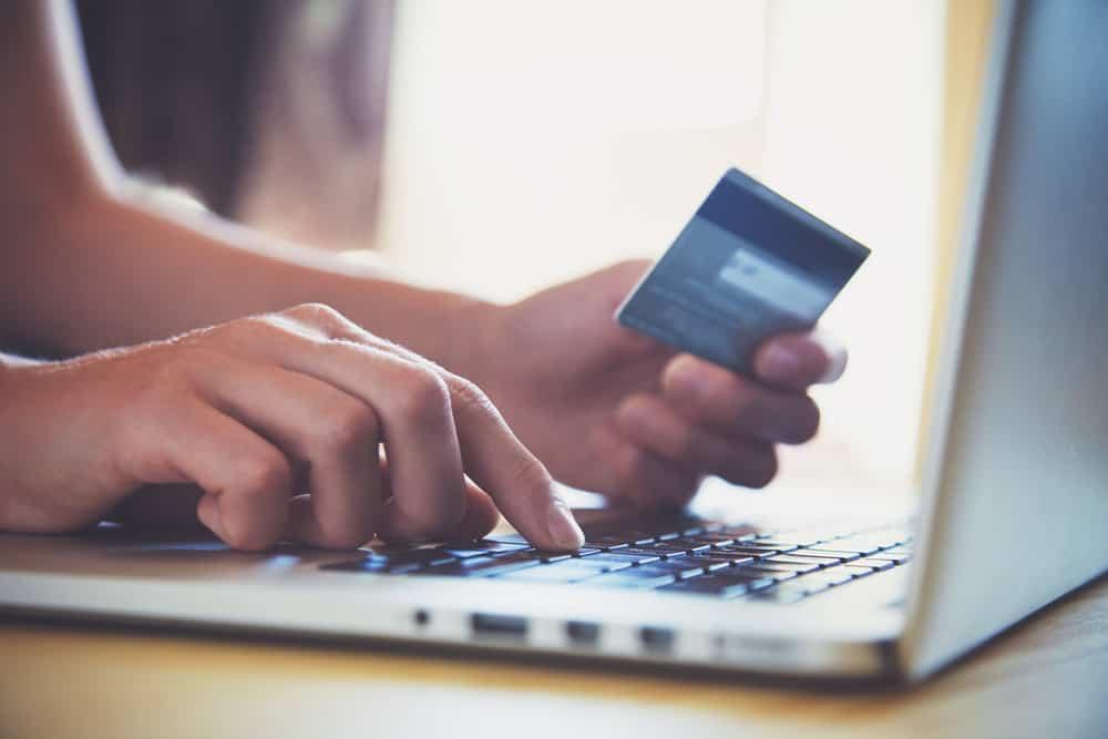 Online shopping op laptop met creditcard